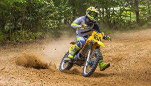 Desktop hintergrundbilder Suzuki Motorradfahrer Helm Fahrendes Suzuki RM 125 Motorrad