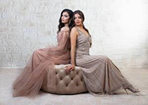Bilder Zwei Sitzend Kleid Mädchens