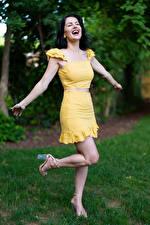 Hintergrundbilder Victoria Bell Brünette Posiert Hand Glücklicher Mädchens