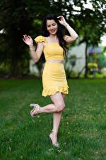 Sfondi desktop Victoria Bell Ragazza capelli neri In posa Le gambe Sorriso Ragazze