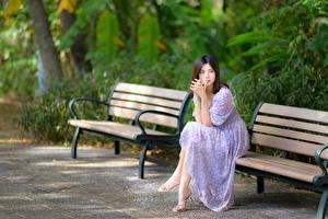 Fonds d'écran Asiatique Banc S'asseyant Les robes Arrière-plan flou jeune femme