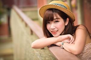 Hintergrundbilder Asiatisches Unscharfer Hintergrund Der Hut Braunhaarige Blick Hand Mädchens
