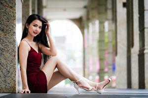 Fonds d'écran Asiatique Les robes Jambe S'asseyant Regard fixé Filles