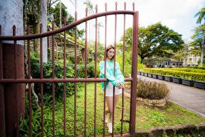 Fonds d'écran Asiatique Clôture Posant jeunes femmes