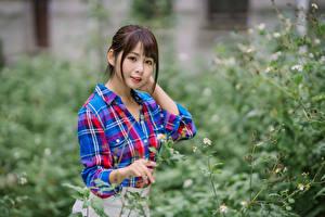 Fotos Asiatische Hemd Blick Unscharfer Hintergrund Mädchens