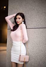 Bureaubladachtergronden Aziaten Handtas Brunette meisje Pose Handen Rok (kleding) Yang Chen Chen jonge vrouw