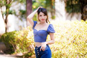 Bureaubladachtergronden Aziaten Pose Kijkt Onscherpe achtergrond jonge vrouw