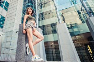 Bureaubladachtergronden Aziaten Pose Benen Shorts Sportschoen Mouwloos shirt jonge vrouw