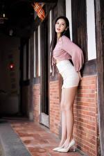 Bureaubladachtergronden Aziatisch Poseren Benen Rok (kleding) Kijkt jonge vrouw