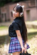Bilder Asiatische Posiert Schülerin Uniform Kopfhörer Blick Mädchens