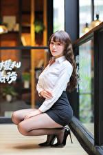 Bilder Asiatische Pose Sitzen Rock Bluse Brille Blick junge frau