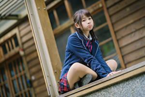 Hintergrundbilder Asiatische Posiert Sitzend Uniform Schulmädchen Starren junge Frauen