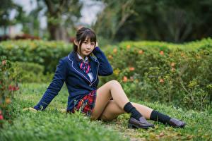 Fonds d'écran Asiatique Posant Assise Uniforme Écolière Jambe Regard fixé jeune femme