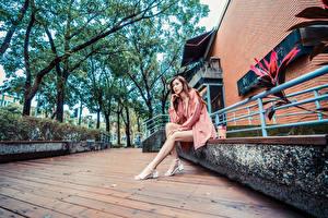 Fonds d'écran Asiatiques S'asseyant Jambe Regard fixé jeune femme