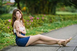 Fotos Asiatische Sitzend Bein Starren Braune Haare Mädchens