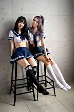 Bureaubladachtergronden Aziaten Twee 2 Uniform Schoolmeisjes Kniekousen Benen jonge vrouw