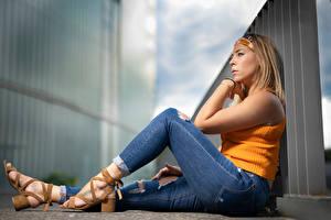 Fonds d'écran La pose Assises Jambe Jeans Bokeh Aurelia jeunes femmes