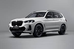 Bilder BMW Weiß Metallisch Crossover Grauer Hintergrund X3 xDrive30i M Sport, (China ), (G08), 2021