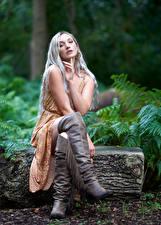 Fotos Blondine Sitzend Bein Stiefel Kleid Blick Mädchens