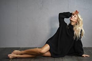 Hintergrundbilder Blond Mädchen Sweatshirt Posiert Hand Bein Mädchens