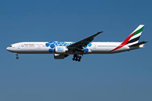 Bakgrundsbilder på skrivbordet Boeing Flygplan Passagerarplan Sidovy 777-300ER, Emirates