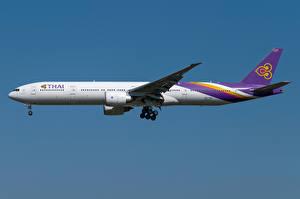 Bakgrundsbilder på skrivbordet Boeing Flygplan Passagerarplan Sidovy 777-300ER, Thai Airways International