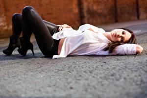Fotos & Bilder Bokeh Braunhaarige Liegt Blick Bein Hemd Mädchens