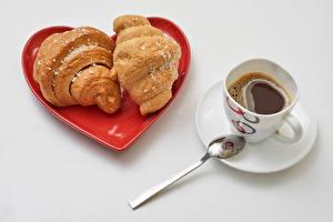 Bureaubladachtergronden Koffie Croissant Grijze achtergrond Hartje Een kopje Twee 2 Een lepel spijs