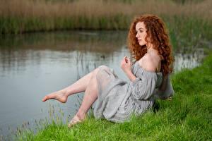 壁紙,捲髮,紅發少女,连衣裙,草,坐,腿,Lydia,女孩,