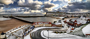 Sfondi desktop Inghilterra Litorale La casa Un faro Panorama Nuvole Whitby Città
