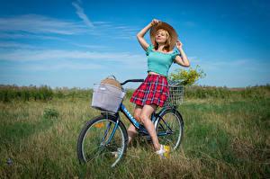 Bakgrundsbilder på skrivbordet En äng Victoria Borodinova Blond tjej Cykel Hatt Kjol Blus ung kvinna