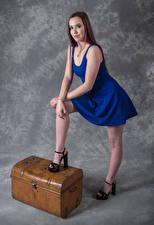 Bureaubladachtergronden Model Poseren Jurk Benen Kijkt Jade jonge vrouw