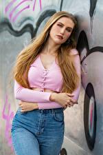 Fotos Blond Mädchen Pose Jeans Hand Starren Jolanda junge Frauen