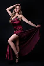 Hintergrundbilder Pose Kleid Bein Blick Katie Mädchens