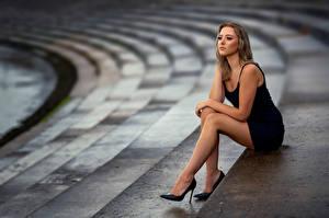 Bureaubladachtergronden Pose Zitten Benen Jurk Onscherpe achtergrond Laura Jonge_vrouwen