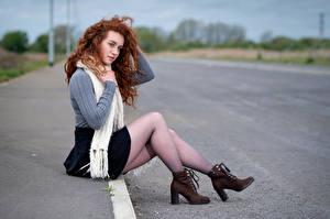 Bilder Rotschopf Sitzend Bein Schal Sweatshirt Boots Unscharfer Hintergrund Lydia
