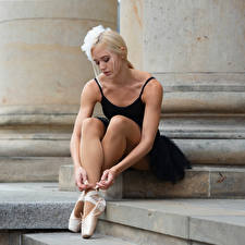 Fotos Blond Mädchen Sitzen Bein Ballett Mandy junge frau