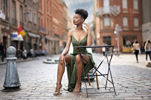 Desktop hintergrundbilder Sitzend Pose Kleid Bein Neger Unscharfer Hintergrund Mary junge frau
