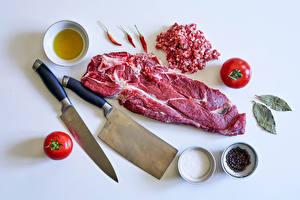 Sfondi desktop Prodotti a base di carne Coltello Piper nigrum Peperoncino Pomodori Spezie Sfondo grigio Il sale Cibo