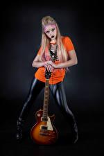 Bureaubladachtergronden Blond meisje Poseren Make up Gitaar Kijkt Mia Jonge_vrouwen