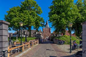 Desktop hintergrundbilder Niederlande Menschen Straße Straßenlaterne Bank (Möbel) Elburg Städte