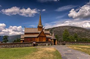 Papel de Parede Desktop Noruega Montanha Igreja Nuvem De madeira Lom Stave Church Naturaleza