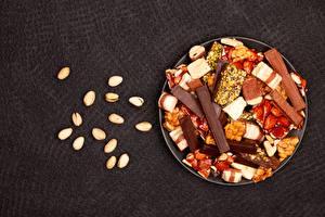Bureaubladachtergronden Noten Chocolade Zoet voedsel Grijze achtergrond Borden Voedsel