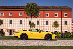 Bilder Porsche Seitlich Gelb Metallisch Cabrio 911 Carrera GTS Cabriolet, (Worldwide), (992), 2021 automobil