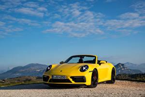 Bilder Porsche Cabriolet Gelb Metallisch 911 Carrera GTS Cabriolet, (Worldwide), (992), 2021 Autos