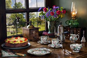 Bureaubladachtergronden Stilleven Tulpen Petroleumlamp Taart Een vaas Een kopje Bord maaltijd Venster spijs