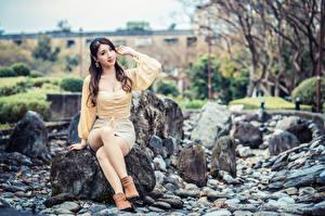 Hintergrundbilder Steine Asiatische Sitzt Bein Starren junge Frauen