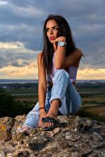 Hintergrundbilder Steine Armbanduhr Brünette Sitzt Jeans Starren
