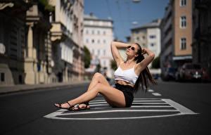 Hintergrundbilder Unscharfer Hintergrund Sitzend Bein Rock Unterhemd Pose Asphalt Tamara
