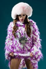 Sfondi desktop Modella Cappello invernale Maglione Colpo d'occhio Tess Perrone ragazza